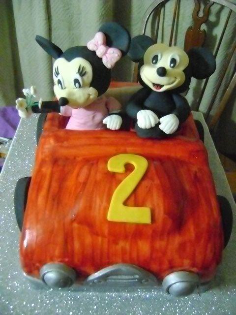 Mickey y Minnie van de paseo en auto