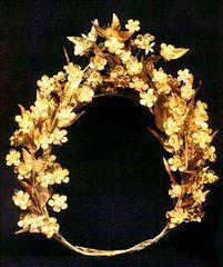 Χρυσό στεφάνι με φύλλα και λουλούδια μυρτιάς από τον τάφο του Φιλίππου, γ' τέταρτο 4ου αι. π.Χ., Θεσσαλονίκη, Αρχαιολογικό Μουσείο.