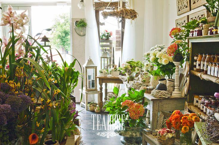 Virágszalon, virágüzlet, nyári virágok, nyári belső tér, narancs, fehér és zöld enteriőrök   flower salon, flower shop, summer flowers, summer enterior, orange, white and green enteriors