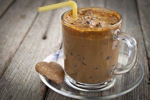 Кофе с медом, мускатным орехом и корицей.  Ингредиенты:  Горячий черный кофе; Молоко; Мед по вкусу; Молотый мускатный орех по вкусу; Молотая корица по вкусу.  Способ приготовления:  Смешать две части горячего черного кофе, ½ часть молока, молотый мускат и молотую корицу, мед. Полученную смесь перемешать и поставить на огонь. До кипения доводить не нужно, как только напиток дойдет до точки кипения, его нужно снять с огня и разлить по чашкам.