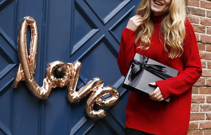 valentijnsdag pakistan, uiteten, autoritair, h&m trend, & other stories, valentine's day, valentijnsdag, fashionblogger, fashion is a party, kasteel doorwerth, loveshoot, loafers, pantalon, rode trui, nepwimpers, valentijnskado, valentijnsdag opgelegd, valentijnsdag commercieel http://www.fashionisaparty.com/2017/02/valentijnsdag-2017.html/