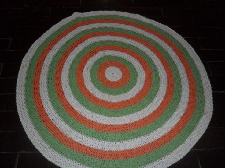 tapete redondo confeccionado em croche <br>utilizado barbante nas cores: cru // abacate // laranja <br>produto lavável <br>PROMOÇÃO VÁLIDA PARA ESTE TAPETE <br>PEÇA ÚNICA