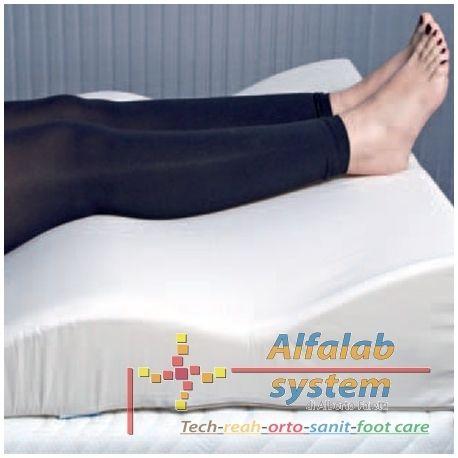 CUSCINO RELAXLEG SOLLEVAGAMBE Codice  RELAXLEG - 72,50 € - Prodotto  Nuovo - Utile per il riposo e per favorire il circolo cardiovascolare degli arti inferiori.  La sua particolare sagomatura (con altezza variabile) permette alle gambe di posizionarsi in modo preciso a seconda delle necessità. La posizione più alta delle gambe rispetto al cuore favorisce il deflusso sanguigno, prevenendo disturbi legati alla circolazione. E' consigliato a coloro che svolgono attività sedentarie.