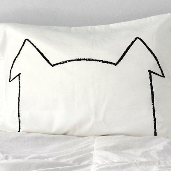 Il mio disegno originale di un cucciolo moderno, proiettato a mano su una federa incredibilmente morbida. Una splendida silhouette minima! Un grande regalo per un amante dei cani di tutte le età!  Bisogno di un set completo di cane Nap federe? http://Etsy.me/1490JAG Trovare più grandi taglie qui: http://etsy.me/122sXtN Torna alla home page di negozio: xenotees.etsy.com  Questo elenco è per un caso di cuscini di dimensioni standard!  Schermo stampato con inchiostro a base acqua -100% cotone…