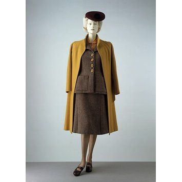 The simplification and economy of material match the conditions laid down by the Board in relation to the manufacture of civilian clothing during the Second World War of 1939-1945.