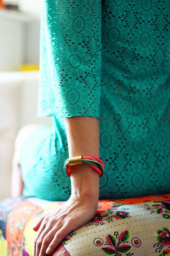 Hoi! Ik heb een geweldige listing gevonden op Etsy https://www.etsy.com/nl/listing/152557549/cord-bracelet-gold-charm-bracelet-rope