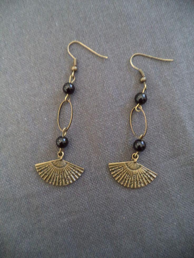 Boucles d'oreilles pendantes bronze avec éventail, perles noires et anneau ovale : Boucles d'oreille par plumecreative