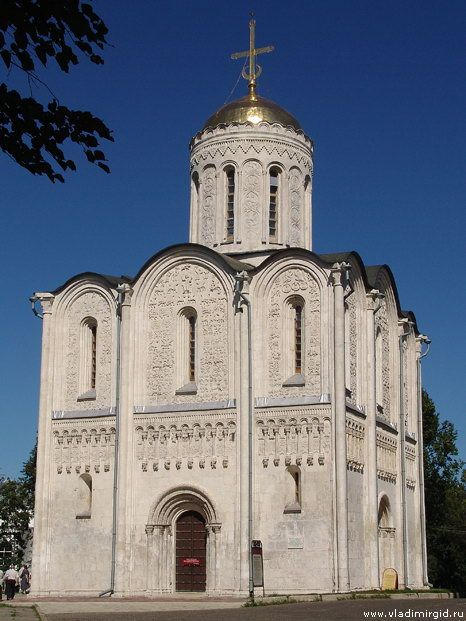Дмитриевский собор (1193-1197 гг.) Demetrius Cathedral (1193-1197 gg.) Was the central building has not survived to the present day palace ensemble of Vsevolod the Big Nest, which was located on the southern edge of the city high hill. Originally the cathedral encircled galleries, and adjoined to the corners of the towers in the form of an extension to the stairs to the entrance to the choir, and transitions to the palace.