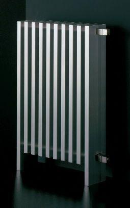 BLOCK - En Aluminium extrudé, ce radiateur  peut être monté sur un mur ou posé au sol. Finitions : aluminium brillant ou satiné et toutes les couleurs RAL.  Dimensions: avec pieds 400, 700, 1800 et 2000, sans pieds 300, 600, 1700 et 1900. Puissances de 800 à 1300 W - à patir de 1350€