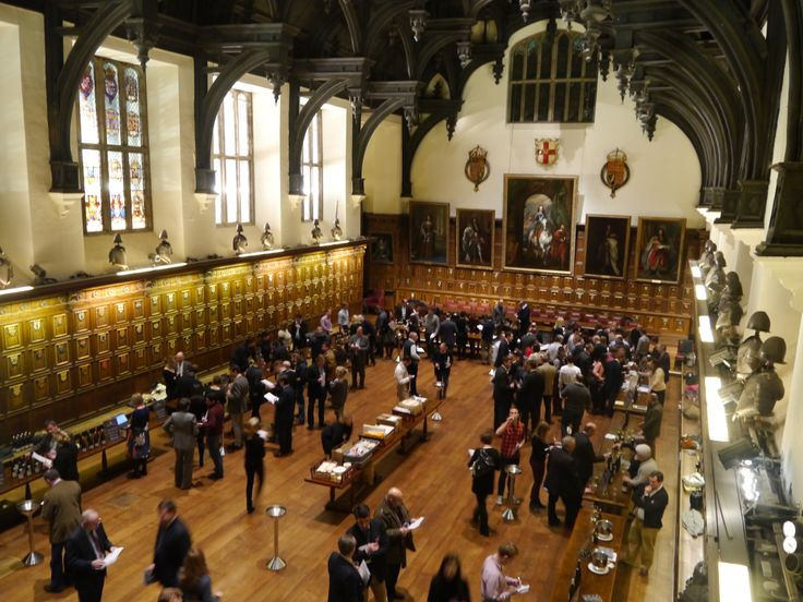 A very crowded wine tasting in Hall