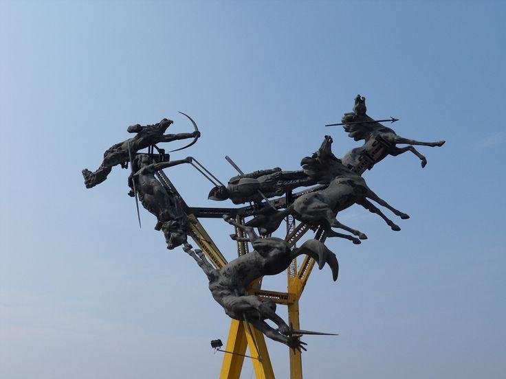 Monumento La Gaitana, Escultura de Arenas Betancourt que cuenta la venganza de la Cacica Gaitana contra el Español Pedro de Añasco quien en su  ímpetu conquistador le arrebató la vida al hijo de la Cacica.