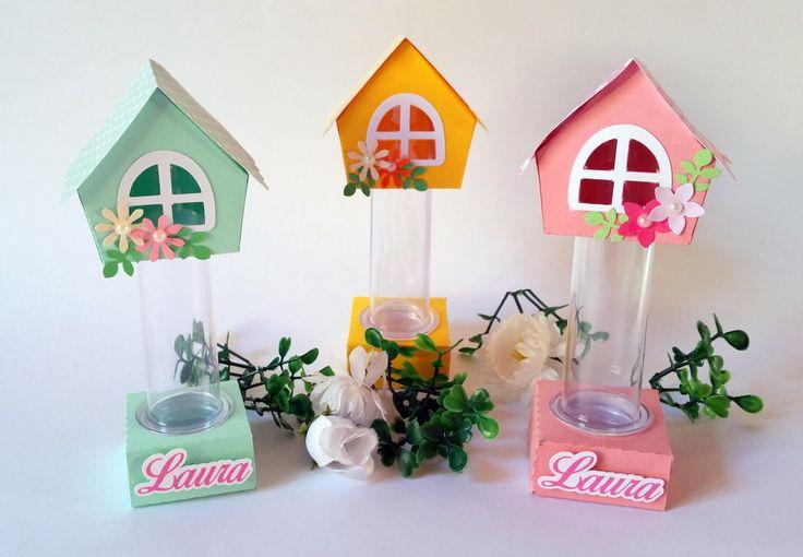 Tubete - Jardim encantado - casinha <br>O tubete - Jardim encantado - casinha é uma linda opção para decorar sua mesa de doces. Confeccionado em papel de alta gramatura (180) decorado com a técnica de scrapbook artesanal e personalizado com o nome do homenageado.. A decoração é feita com camadas de papel produzindo um efeito 3D. <br>Temos outros produtos no mesmo tema, verifique em nossa lojinha! <br>Fizemos em outros temas e cores. <br>Pedido mínimo: 10 unidade. <br>Responderemos em até 24…