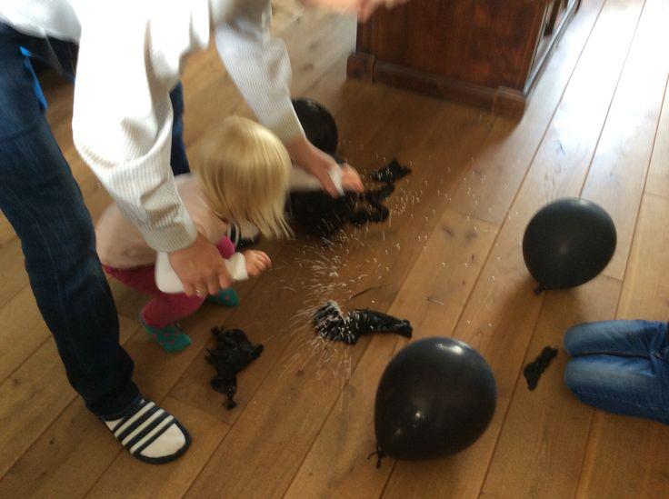 Niet meer aan toegekomen tijdens feestje, maar volgende dag ook erg leuk om te doen..... In een paar zwarte ballonnen confetti gedaan. Kinderen ballonnen (bommen) laten ontploffen. Wie laat er een echte bom ontploffen?