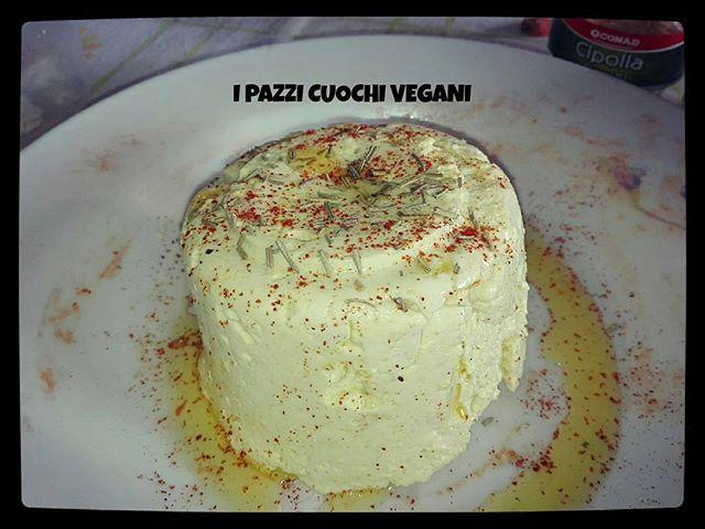★ I PAZZI CUOCHI VEGANI ★ ★ VEGORMAGGIO SOFFICE PICCANTE ★ Ecco una variante del vegormaggio soffice dal sapore molto pungente 😏 Con paprika forte e peperoncino in polvere :) #veganfood #instaphoto #veganfoodporn #govegan #vegormaggio #piccante #veganhotfood #cibopiccante #soffice #gustoso #cibovegan #formaggiovegan  Yummery - best recipes. Follow Us! #veganfoodporn