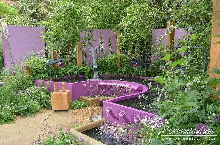 Kategorie Artisan Gardens, Papworth Trust - Together We Can, zahradní architekt Peter Eustance klade důraz na zvuk v zahradě, překlápěcí ramena, šplouchající a tekoucí voda i zvonkohra z květináčů přispívají tomuto designu.