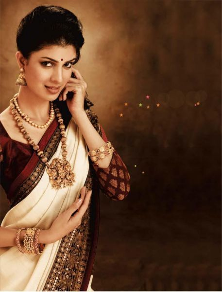 Like the combinationn of traditional kerala jewellery with butti blouse and saree