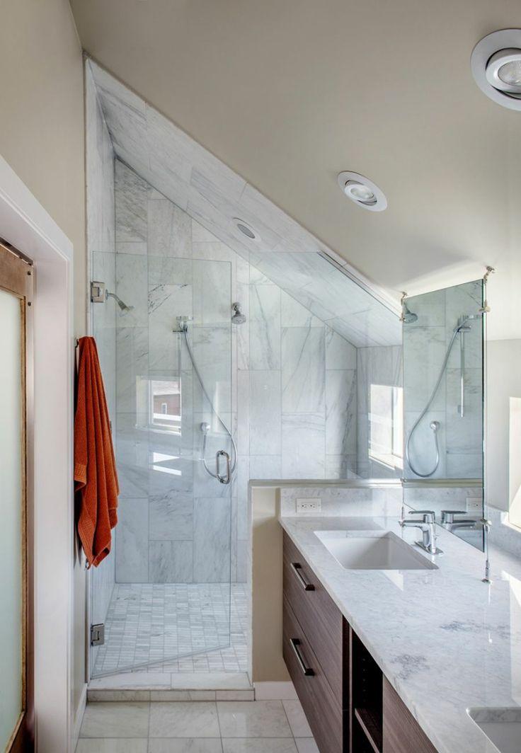 Die Dachschräge im Badezimmer kann für die Dusch…