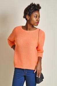 Luisa från Rodebjer är en stickad tröja med en lös passform med korta ärmar. Tröjan har en somrig korall-färg och är löst stickad med en fin vid halsringning. Går att kombinera på en massa olika sätt, till jeans, kjol, shorts eller vida kostymbyxor.60% bomull och 40% akryl.