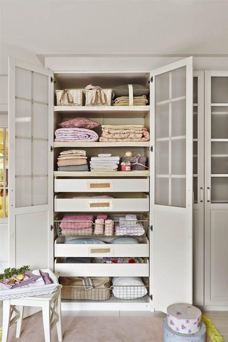 10 Razones para realizar una limpieza de armario es bueno Bookcase, Shelves, Organization, Table, Room, Closet, Furniture, Design, Home Decor