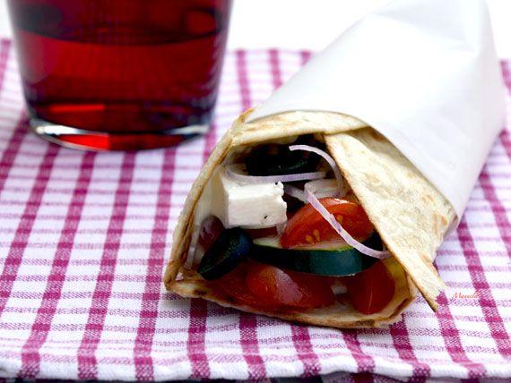 Piadina alla greca, con feta, olive, cetrioli e cipolla per una pausa pranzo a tutto gusto con solo 400 Kcal