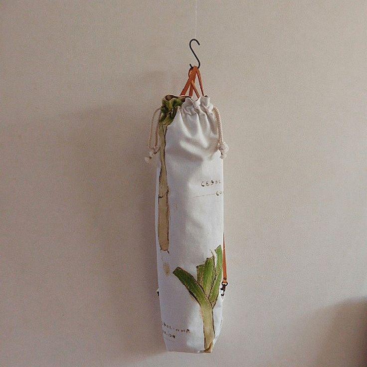 """食べ物の大きさに合わせてデザインしたバッグ""""FOODS""""シリーズのひとつで、 長ネギが切らずにそのまますっぽり入るサイズのリュックです。  丸めた大きな紙や布など、たたんだ傘(防水加工はしておりません)など、 普通サイズのバッグには収まらない「細長い何か」を運ぶのに便利です。  ..."""
