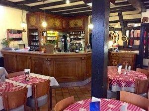 Au cœur de la commune de Hoerdt, Le Pigeonnier est une institution. Une belle maison alsacienne, naturellement, mais une des adresses gourmandes de la capitale des asperges d'Alsace. Les habitués aiment à en promouvoir les menus. Car oui, on arrive…