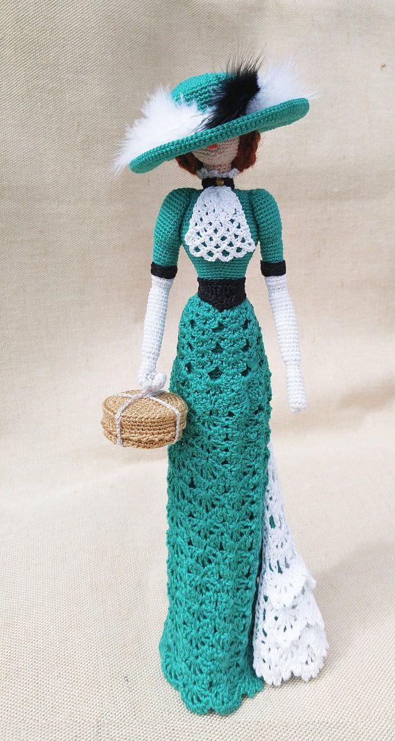 Alluncinetto bambola elegante panno arte elegante in stile retrò. Signora Smeralda Maglia di filo di cotone amichevole di eco. Questa bambola da collezione sarà decorare qualsiasi rais interni, un sorriso e attirare lattenzione. Stessa può levarsi in piedi. Miglior regalo per la mamma e ragazza Altezza 12 pollici (30cm)
