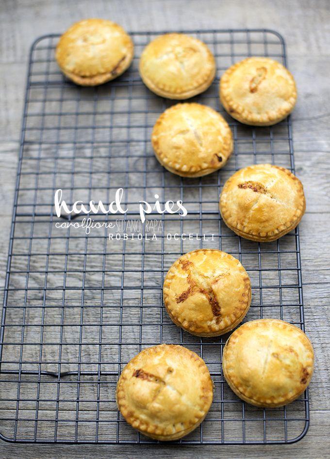 Hand Pies con cavolfiore, sedano rapa e Robiola