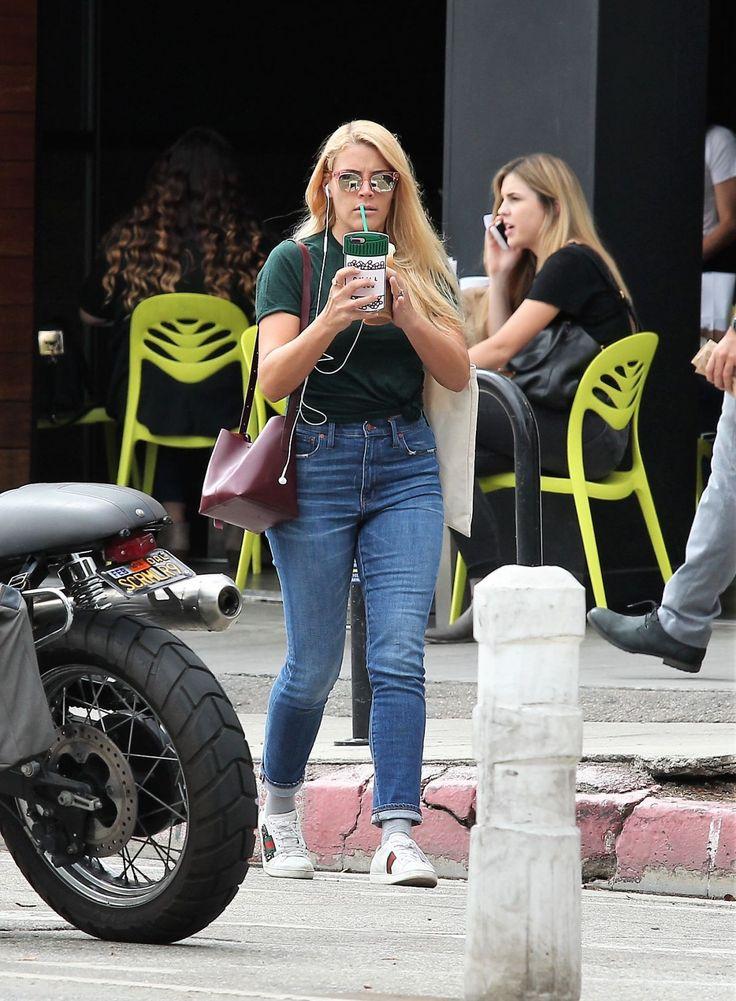 Paparazzi : BUSY PHILIPPS chez Starbucks à Los Angeles 20/09/2017