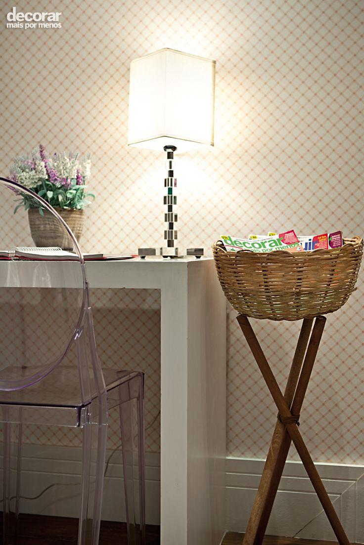 Revista Decorar Mais por Menos - Com criatividade é possível transformar a cesta de vime em um revisteiro. O tripé usado como suporte é feito com cabos de vassoura.