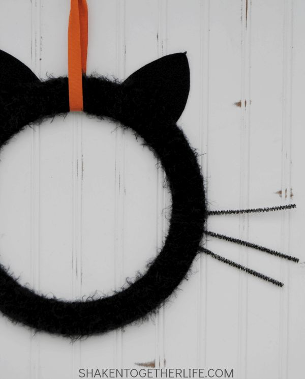 Give your front door or mantel a touch of frightfully furry fun with this easy Black Cat Wreath! Halloween Cat Crafts, Diy Halloween Spider, Dollar Store Halloween, Halloween Decorations, Halloween Ideas, Halloween Stuff, Hair Yarn, Coffee Filter Wreath, Wooden Wreaths