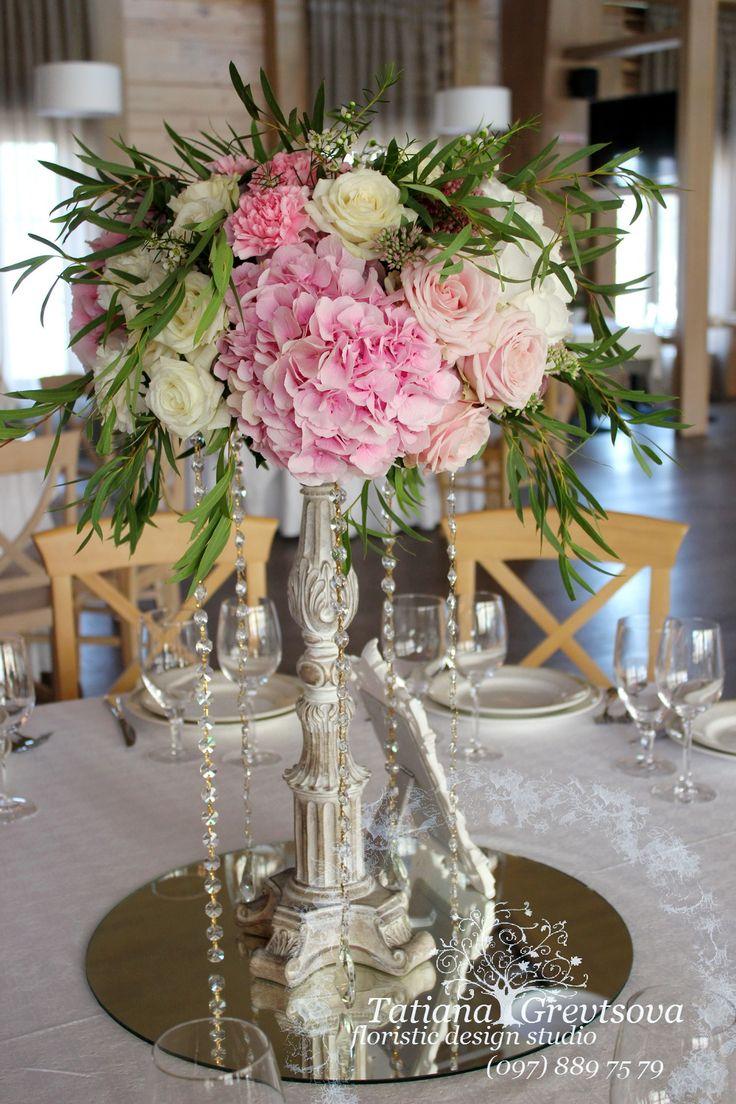 Композиция из живых цветов на гостевой стол.