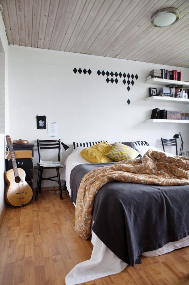 LYKKE: Dette soverommet er det lett å bli glad av. Den gule puten er fra HK Living, den med sikksakkmønster er fra kindbynature.dk, mens de tøffe wallstickersene er fra ferm-living.com.