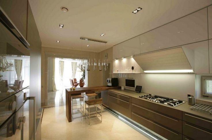 Luxus hangulatú konyha magasfényű felületekkel, fa ...