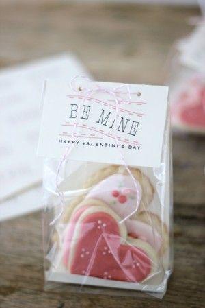 Preparar galletas de corazon, envasarlas....regalo