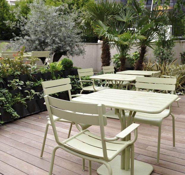 Terrasse Avec Table Et Fauteuils Luxembourg Couleur Vert Tilleul Fermob Www Fermob Mobilier Jardin Mobilier De Jardin Design Coussins De Meubles De Patio