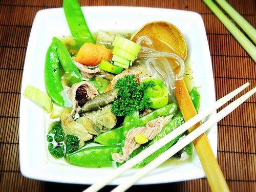 Vietnamesischer Phó - Der asiatische Suppentopf ist ein typisches Sonntagsgericht, wo ich das Gemüsefach nochmal so richtig ausschlachte. Die Grundzutaten wie Sternanis, Fischsauce, Ingwer und Zitronengras sollte man bereits zu Hause haben.