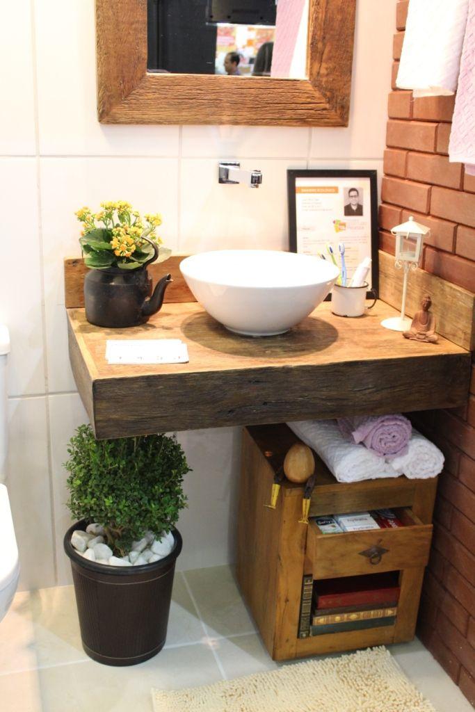 Banheiro/Bath - Arq. Lucas Felício Bancada em madeira de demolição + tijolo ecológico.