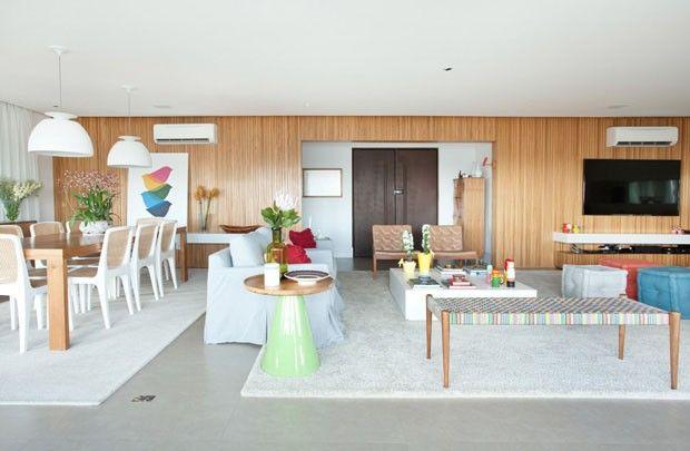 Domínio da madeira com mix de elementos decorativos e uma generosa varanda multifuncional dão personalidade ao apartamento paulistano