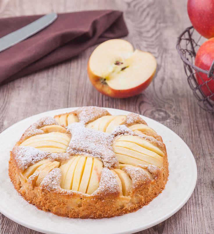 Dieser versunkene Apfelkuchen mit Dinkelmehl ist nicht nur unglaublich saftig und lecker, sondern auch noch fett- und kalorienarm.   www.backenmachtgluecklich.de