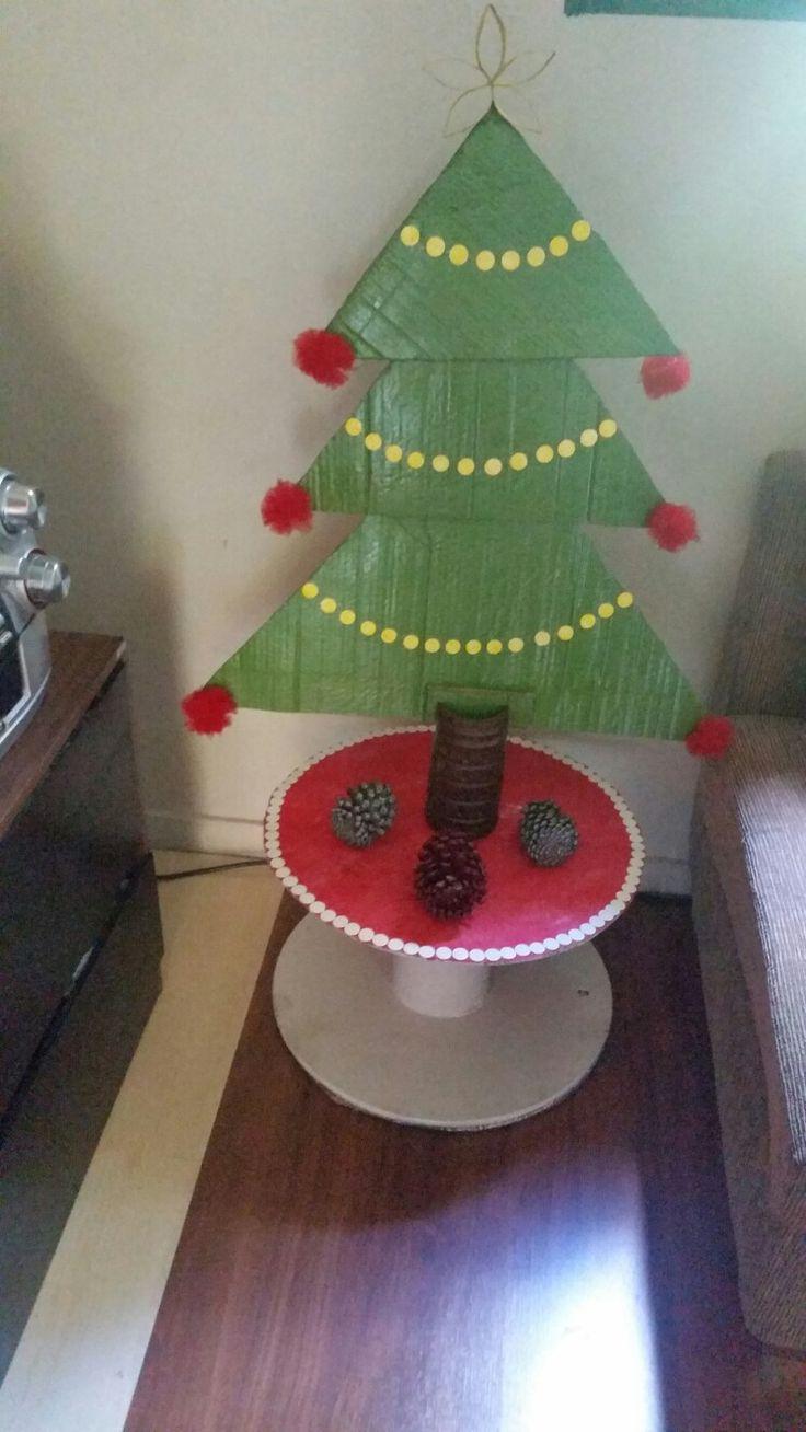 Árvore de Natal com material reutilizado: Tule, tnt, papelão, carretel de fio, rolinho de papel higiênico para a estrela, tapa furo, tudo que tinha em casa, sobras de festas 😊