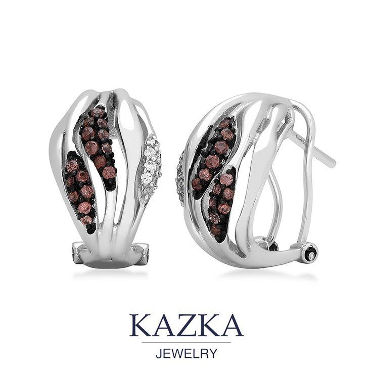 Серебряные серьги с интересными волнистыми линиями, на которых разместились прозрачные и коричневые фианиты - удачное украшение на каждый день. Удобная европейская застежка, которую можно отрегулировать по ширине мочки уха, и компактный размер украшения создает неповторимую композицию, в которой все детали гармонично дополняют друг друга.  #kazkajewelry #ювелирныеукрашения #ювелирныеизделия #kazka