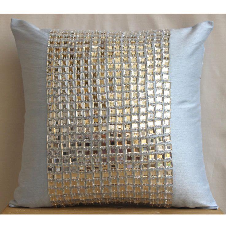 Almohada decorativa acento cubre sofá almohada 16 x 16 pulgadas almohada de seda cristal bordado almohada caso sofá tirar almohadas Home Decor Bling _____________________________________________________________________  Funda de almohada se hace usando un luz color azul tela de Dupioni de seda de arte bellamente adornado en el centro con un grupo de cristales claros para añadir un efecto deslumbrante exquisito.  La parte posterior de la almohada es el mismo dupioni de color azul claro con…