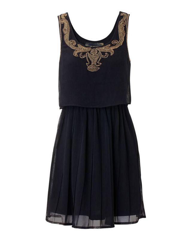 Vestido negro con detalles de dorado, efecto barroco de Stradivarius. Si todavía no tienes vestido para la fiesta de tu trabajo, ficha nuestras sugerencias http://www.elle.es/moda/compras-elle/party-cocktail-fiesta-cena-empresa