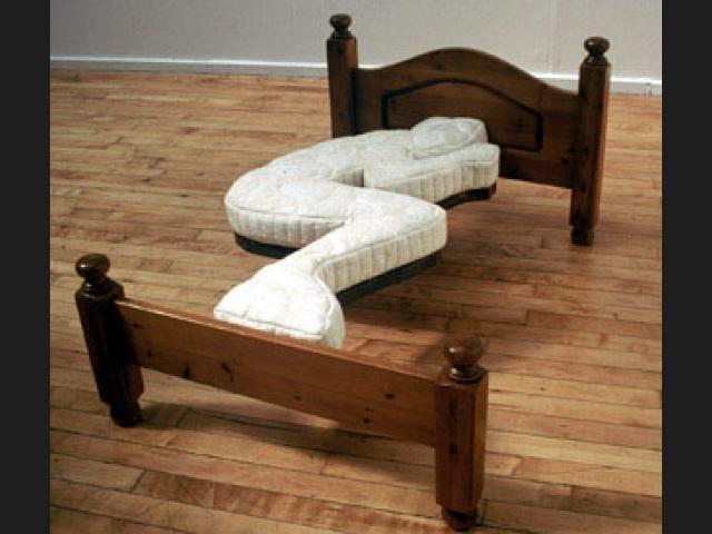 Aquí tenemos un cama Absurdista que pretende acostumbrarnos a una postura para dormir.