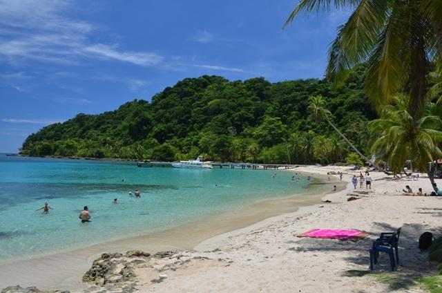 """Los matices del mar en la bahía de """"La Miel"""" (Panamá) , invitan a contemplar el paisaje, el contraste de selva y mar y la belleza de sus corales, perfectos para practicar snorkell, o quienes lo prefieran broncearse en sus playas blanquísimas, escuchando el suave murmullo de las olas."""