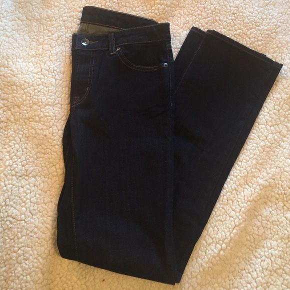 FLASH SALE NWOT UNIQLO Dark Denim Skinny Jeans NWOT UNIQLO Dark Denim Skinny Jeans - Brand new without tags and in mint condition since they've never been worn. They're a size 27 and fit true to size. (99% cotton and 1% spandex) A staple pair of denim for every wardrobe! UNIQLO Jeans Skinny