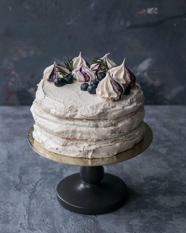 """Сегодня у моего самого любимого мужчины, самого лучшего друга и самого прекрасного мужа день рождения! 😘❤ Любимый торт мужа торт-безе """"Полет"""". В этом году с голубикой. Рецепт будет попозже. А разреза, наверное нет... 😄"""