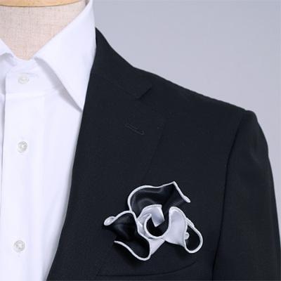 黒と白、どちら色でも使えるシルク100%のリバーシブルポケットチーフ。挿す際の形を作りやすいリング付き。 Pocket handkerchief 100% silk that can be used on both sides (with ring)