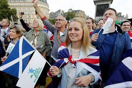 15日、ロンドン中心部のトラファルガー広場で、スコットランドが英国にとどまるよう訴える独立反対派のデモ(AFP=時事) ▼16Sep2014時事通信|愛しているから行かないで=スコットランド引き留めデモ-英 http://www.jiji.com/jc/zc?k=201409/2014091600088